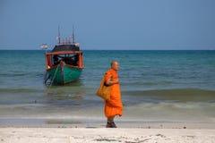 Koh Rong wyspa, Kambodża - 07 2018 Kwiecień: Mnich buddyjski w pomarańcz ubraniach na białej piasek plaży Zdjęcia Stock
