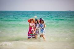 Koh Samed, Thaïlande : Le 22 avril 2017 : Les femmes chinoises prennent un selfie images stock