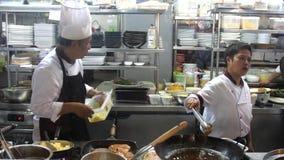 Koh Samui, Ταϊλάνδη, 20 μπορεί τον Απρίλιο του 2018 Ο επαγγελματικός αρχιμάγειρας μαγειρεύει τις πυρκαγιές επάνω στο πετρέλαιο σε φιλμ μικρού μήκους