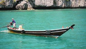 Koh Samui, Ταϊλάνδη, στις 14 Φεβρουαρίου 2016 Επιπλέοντα σώματα ατόμων στη βάρκα στη θάλασσα μεταξύ των νησιών Προορισμοί ταξιδιο απόθεμα βίντεο
