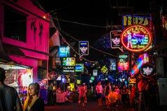 KOH SAMUI, ночная жизнь улицы ТАИЛАНДА 2-ое апреля 2013 Стоковые Изображения