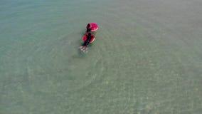 KOH SAMUI, ТАИЛАНД - 8-ОЕ МАЯ 2019 Пляж Chaweng Дети плавая на трубках в море 2 этнических дет имея промежуток времени потехи сток-видео