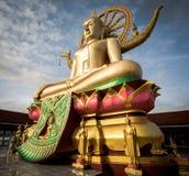 KOH SAMUI, TAILÂNDIA - 24 DE DEZEMBRO: Buda grande em Wat Phra Yai no Koh Imagens de Stock Royalty Free