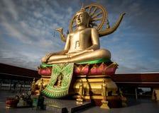 KOH SAMUI, TAILÂNDIA - 24 DE DEZEMBRO: Buda grande em Wat Phra Yai no Koh Fotografia de Stock Royalty Free