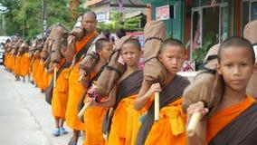Koh Samui, Tailândia, o 13 de abril de 2016 Grupo de monges novas que andam na rua foto de stock royalty free