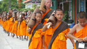 Koh Samui, Tailândia, o 13 de abril de 2016 Grupo de monges novas que andam na rua imagem de stock