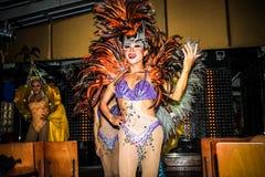 KOH SAMUI, TAILANDIA 2013, 2 APRIL Transvestites adentro Imagen de archivo
