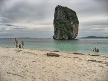 KOH SAMUI, TAILANDIA - 13 DE AGOSTO: Los turistas gozan de la playa en verano Foto de archivo libre de regalías