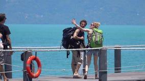 KOH SAMUI, TAILANDIA - 10 DE MARZO DE 2019: Gente que embarca el transbordador de Lomprayah Pasajeros que caminan a bordo del cat almacen de metraje de vídeo