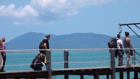 KOH SAMUI, TAILANDIA - 10 DE MARZO DE 2019: Gente que embarca el transbordador de Lomprayah Pasajeros que caminan a bordo del cat almacen de video
