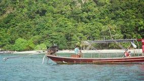 Koh Samui, Tailandia, el 10 de febrero de 2016 Viaje a las islas tropicales, cámara lenta del barco 1920x1080 almacen de metraje de vídeo