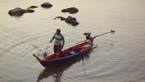 Koh Samui, Tailandia, el 31 de marzo de 2016 El pescador tailandés se prepara para navegar para los pescados en el mar en la pues almacen de video