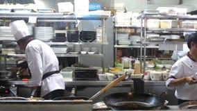 Koh Samui, Tailandia, 20 puede abril de 2018 El cocinero profesional enciende para arriba el aceite en una cacerola El cocinero t almacen de metraje de vídeo