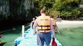 Koh Samui, Tajlandia, 14 2016 Luty Widok z tyłu mężczyzna przyjeżdża molo na tropikalnej wyspie w kamizelce ratunkowej zbiory wideo