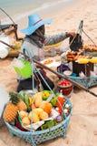 Tajlandzka kobieta sprzedaje tradycyjnego jedzenie na plaży Fotografia Stock