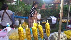 KOH SAMUI, THAÏLANDE - 15 décembre 2017 : Village du pêcheur s La femme grille le maïs sur le gril banque de vidéos