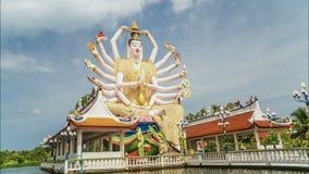 KOH SAMUI, THAÏLANDE - 24 JUILLET 2018 : Timelapse des touristes rendant visite à Guan Yin Statue au temple de Plai Laem - symbol banque de vidéos