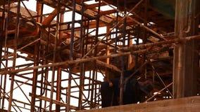 KOH SAMUI, THAÏLANDE - 21 JUIN : travailleur de la construction banque de vidéos