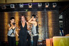KOH SAMUI, THAILAND 2013, 2 APRIL Transvestites herein Lizenzfreie Stockbilder