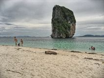 KOH SAMUI, THAILAND - 13. AUGUST: Touristen genießen den Strand im Sommer Lizenzfreies Stockfoto