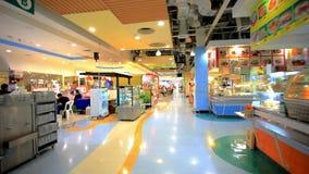 KOH SAMUI, THAILAND 19 de Marktkruidenierswinkel van JULI 2014 binnen stock footage
