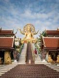 KOH SAMUI, THAILAND - 24 DEC: Grote Boedha in Wat Phra Yai in Koh Stock Foto's
