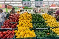 KOH SAMUI, THAILAND - December 16, 2017: Den olika sorten av grönsaken i makromatservice är en stormarknad i Thailand Royaltyfria Bilder