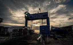 KOH SAMUI, THAILAND - 24. DEZEMBER: Fährhafen während des Sonnenuntergangs in KOH S Lizenzfreie Stockfotografie