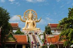 KOH SAMUI, THAILAND - JAN 23 : Big buddha with many of tourist i Royalty Free Stock Photos