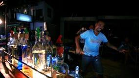 Koh Samui thailand 2014 18 juli Barman om a te doen stock footage