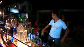 Koh Samui thailand 2014 18 juli Barman om a te doen stock videobeelden