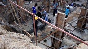 Koh Samui, Thailand 18 Juli 2014 Hand arbeiders stock video