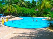 Koh Samui, Thailand - Juni 27, 2008: Huizen, ligstoel en mooi zwembad met palm in Chaweng Buri Royalty-vrije Stock Fotografie