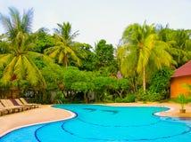 Koh Samui, Thailand - Juni 27, 2008: Huizen, ligstoel en mooi zwembad met palm in Chaweng Buri Stock Afbeeldingen
