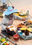 Thailändische Frau, die traditionelle Nahrung auf Strand verkauft Stockfoto