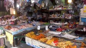KOH SAMUI wyspa TAJLANDIA, Grudzień, - 19, 2017: Tajlandzki uliczny sklep spożywczy Sprzedaż różnorodni typ mięso i kumberlandy i zdjęcie wideo