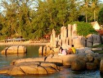 KOH Tao, couple thaï dans le coucher du soleil Photographie stock libre de droits