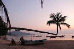 Koh Tao Island, puesta del sol de Tailandia en el mar con los barcos Fotos de archivo