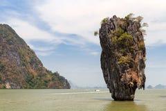 Ö Koh Tapu (James Bond) i landskapet av Phang Nga Royaltyfria Bilder