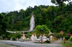 Koh Wanararm Wat, остров Langkawi, Малайзия Удачливый висок с высекаенным Буддой в каменном утесе стоковое изображение rf