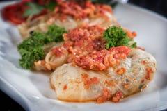 Kohl angefüllt mit Hackfleisch mit Reis, mit Knoblauchsoße und Tomatensauce stockbilder