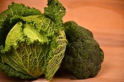 Kohl, Blumenkohl, Brokkoli auf hölzernem Hintergrund Stockfoto