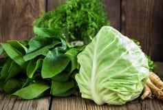 kohl Frisches rohes grünes Gemüse auf hölzernem Hintergrund Lizenzfreie Stockfotos