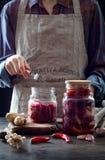 Kohl kimchi im Glasgefäß Frau, die purpurrotes Kohl- und Wassermelonenrettich kimchi vorbereitet Gegorene und vegetarische probio lizenzfreie stockfotografie