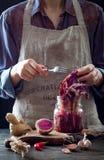 Kohl kimchi im Glasgefäß Frau, die purpurrotes Kohl- und Wassermelonenrettich kimchi vorbereitet Gegorene und vegetarische probio lizenzfreies stockbild