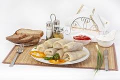 Kohl rollt mit Soße und Sauerrahm Normalerweise gedient mit Schwarzem oder Weißbrot Eine gute Würze für den Teller ist Senf lizenzfreies stockbild