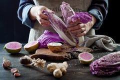 Kohl- und Wassermelonenrettich kimchi Bestandteile Frau, die purpurroten Kohl für kimchi salzt Gegorene probiotic Nahrung für Dar stockfotos