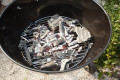 Kohle auf einem Grill lizenzfreie stockfotos