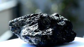 Kohle auf einer Drehscheibe stock video