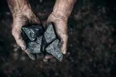 Kohle in den Bergmanngriffen Konzeptindustriebergbau lizenzfreie stockfotografie